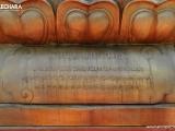 护法像底部用英、藏、中三语写上护法名字的标牌。此圣像和户外护法殿均由尊贵的第廿五世詹杜固仁波切所构思和安排铸造。