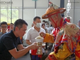 JP Thong offers sweet auspicious rice to Dorje Shugden on behalf of Kechara. 董俊鹏代表克切拉向多杰雄登护法供上吉祥饭。