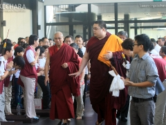 Tsem Rinpoche and Choje-la arrive. 詹杜固仁波切及确吉拉抵达。 (https://www.tsemrinpoche.com/?p=68740)