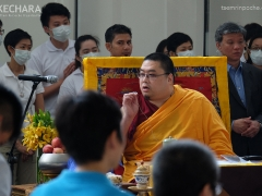 As Choje-la dressed, Rinpoche explained the procedure of taking trance and what the attendees will soon have the privilege to witness. 在确吉拉穿上服饰的同时,仁波切向信众解释接下去大家将见证的降神仪式的过程。 (https://www.tsemrinpoche.com/?p=68740)
