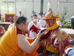 Tsem Rinpoche offers a khata to Dorje Shugden. 詹杜固仁波切向多杰雄登护法做哈达供养。 (http://www.tsemrinpoche.com/?p=68740)