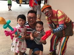 Uncle Danny about 60 year old, He is a magician and mostly he do modeling balloon for the children. Feel so great the elderly people participate in activities and events, look at those modeling balloon lovely right? By Asyley Chia KSDS