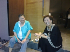 My Aunt Matza is not sleepy at all after her flight from US to Malaysia. She is becoming fast friends with Datuk May sitting in front of the Ladrang together.