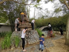 It\'s very nice to see volunteers helping maintain holy sites in Kechara Forest Retreat, it\'s very good for them. Cleaning Buddha statues is a very powerful and effective way of purifying body karma.