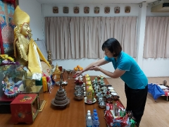 Ms. Leow offered lights & incense to Lama Tsongkhapa, Dorje Shugden and all Buddhas prior to the puja. So Kin Hoe (KISG)
