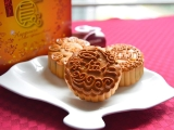 Enjoy traditional mooncakes from Kechara Oasis. Present mooncakes to relatives or friends, to express love and best wishes. Lucy Yap