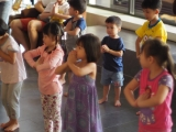 Children do prayer & set the right motivation before the start of dharma class. Lin Mun KSDS