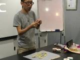 Teacher Kien teaching students the method to make mala and setting good motivation. Lin Mun KSDS