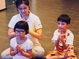 Wonderful the children sitting in full lotus position and recite mantra together with teacher Laura. Lin Mun KSDS