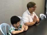 Teacher Victoria guided the students to do prayer in the dharma class. Lin Mun KSDS