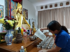Janice So offered water to Lama Tsongkhapa, Mother Tara, Dorje Shugden and all Buddhas. So Kin Hoe (KISG)