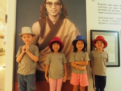 Children took a picture with Guru. Lin Mun KSDS