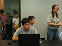 Teacher Grace led the teenage class on a blog chat article. Lin Mun KSDS