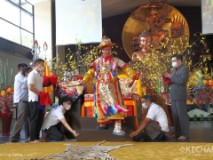 Dorje Shugden steps off his throne to perform a special Vajra dance to clear obstacles. 多杰雄登护法从法座上起身,跳起能除障的金刚舞。