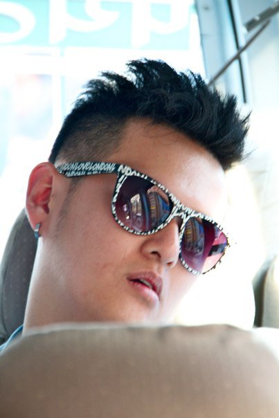 Back on the tourist van….even stars like Bryan Ho have to catch 40 winks…but always with the shades on please…just more glam..Pilgrims can be glamorous also…
