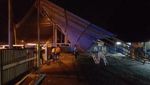 Civil Defence teams repairing their metal tent. 民防部的队员在修补着铁棚。Kakitangan JPAM membaiki khemah yang rosak.