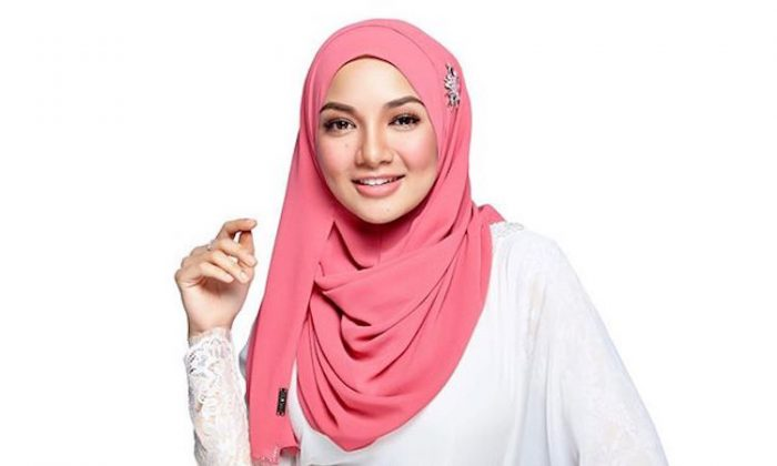 A woman wearing tudung