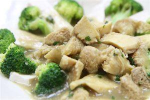 Hedgehog Mushrooms in Ginger Paste with Broccoli