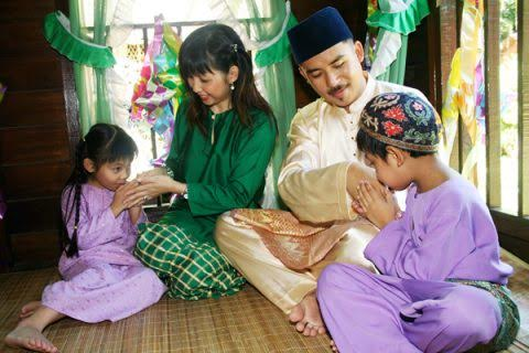 A beautiful aspect of Hari Raya is that it is also a time for children and family to show gratitude and seek forgiveness for any wrongdoings.