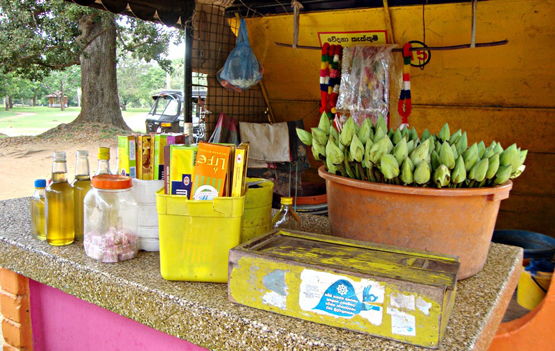 A small stall that sell flower offering at Kiri Vehera.