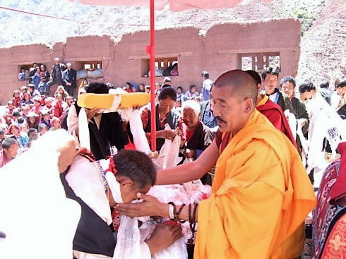 Lama Jampa Ngodup Wangchuk Rinpoche giving blessing after an initiation. 尊贵的向巴恩珠仁波切在灌顶之后给予大众加持。