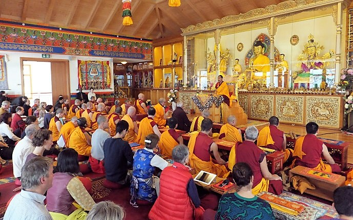 Lama Jampa Ngodup Wangchuk Rinpoche giving teachings in Switzerland. 尊贵的向巴恩珠仁波切在瑞士给予开示。