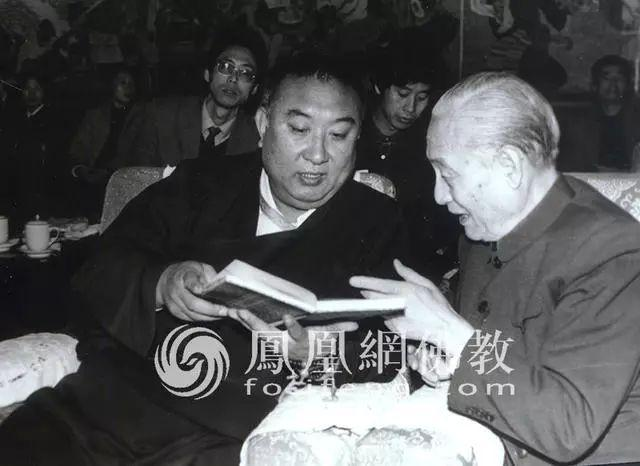 Zhao Puchu and H.H. the 10th Panchen Lama at the launch of the Qianlong edition of the Tripitaka in 1988.