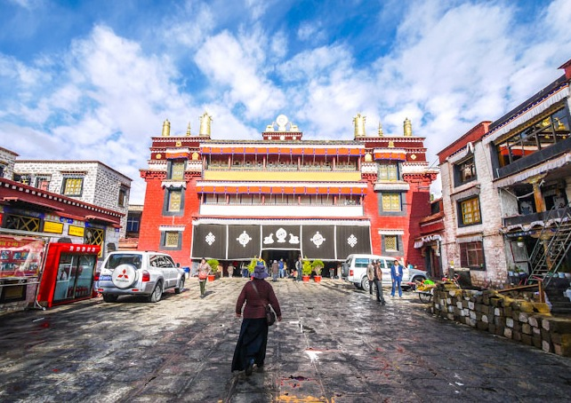 A recent picture of Gyuto, the Upper Tantric College, one of the two main Gelug tantric colleges of central Tibet. Image credit: himalayanart.org. Click on image to enlarge.