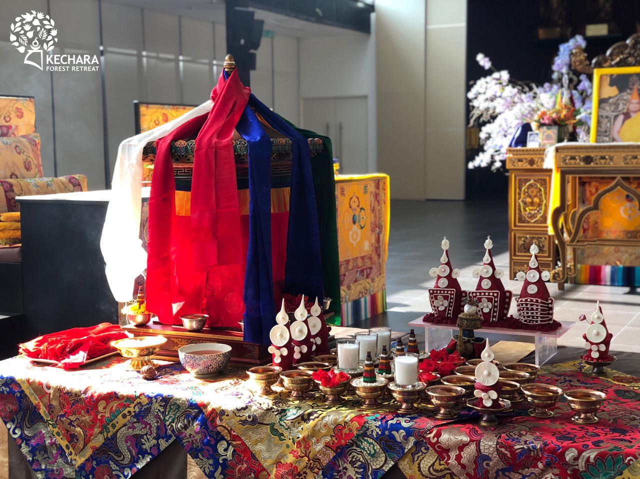"The beautiful altar set up for the Vajra Yogini self-initiation (Tibetan: daju). Click to enlarge. 金刚瑜伽母自授灌顶(藏语""达主"")法会的佛坛摆设。点击放大。"