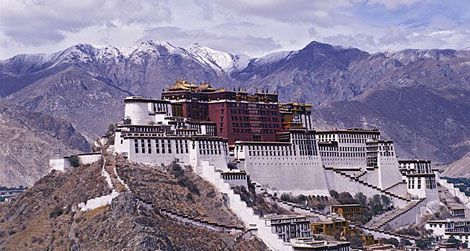 The Potala Palace, Lhasa: home to nine successive Dalai Lamas, a number of them suspiciously short-lived. (Wikicommons)